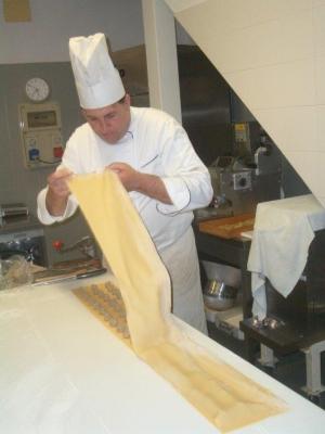 Chef che stende la pasta